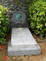 tombe-d-henri-rousseau-dit-le-douanier-dont-les-cendres-furent-ramenées-à-laval-en-1947-ce-monument-funéraire-fut-offert-par-le-comité-des-amis-d-henri-rousseau-le-12-octobre-1947.jpg