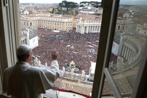 Le-pape-apprait-au-balcon-au-Vatican-930-620.jpg