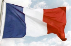 Des-drapeaux-bleu-blanc-rouge-pour-stimuler-la-croissance.jpg